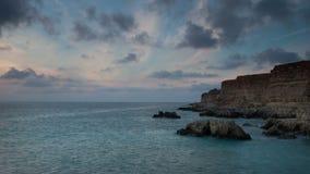 Wolken schwimmen über die Seeküste bei Sonnenuntergang stock video footage