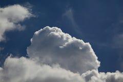 Wolken sind im Himmel Stockfoto