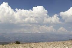 Wolken, sneeuw en vallei, bij 3900 meters boven overzees - niveau Stock Afbeelding