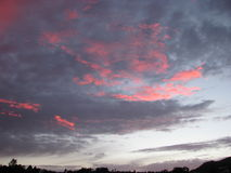 Wolken am Sonnenuntergang lizenzfreie stockfotos
