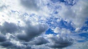 Wolken steigen über dem Schirm an Geschossen auf Kennzeichen II Canons 5D mit Hauptl Linsen stock video footage