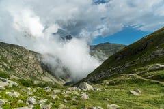 Wolken steigen über Tarn nahe touristischem Weg in den Bergen Lizenzfreies Stockfoto