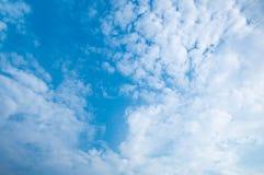 Wolken tegen blauwe hemel Voor van het kunsttextuur of Web ontwerp en Webachtergrond Stock Foto's