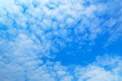 Wolken tegen blauwe hemel Voor van het kunsttextuur of Web ontwerp en Webachtergrond Stock Foto
