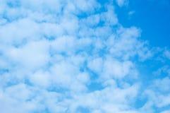 Wolken tegen blauwe hemel Voor van het kunsttextuur of Web ontwerp en Webachtergrond Royalty-vrije Stock Foto's