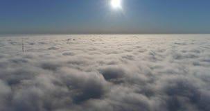 Wolken tijd-tijdspanne met blauwe duidelijke hemel die Hommel gebruiken stock video