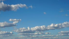 Wolken u. Himmel, Schleife-fähiges cloudscape Morgenhimmel mit weißen Gischtwolken des Tages des guten Wetters stock footage