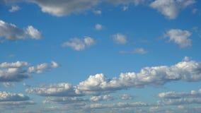 Wolken u. Himmel, Schleife-fähiges cloudscape Morgenhimmel mit weißen Gischtwolken des Tages des guten Wetters stock video