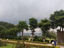 Wolken und Bäume lizenzfreie stockbilder