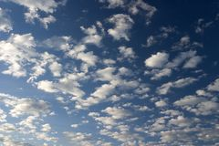 Wolken und blauer Himmel Stockbild