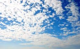 Wolken und blauer Himmel. lizenzfreies stockbild