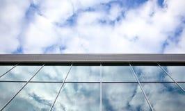 Wolken und blauer Himmel reflektiert in den Fenstern Stockbilder