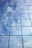 Wolken und blauer Himmel reflektierten sich in der Glasfassade Lizenzfreie Stockfotos
