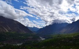 Wolken und die Gebirgswaldlandschaft lizenzfreie stockfotografie