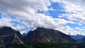 Wolken und die Gebirgswaldlandschaft lizenzfreies stockbild