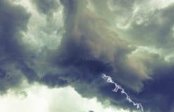 Wolken und Donnerblitze und -sturm Stockfotos