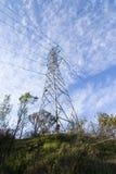 Wolken und elektrische Kontrolltürme Stockfoto