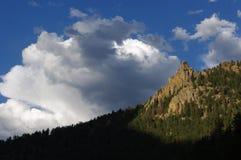 Wolken und Felsspitzen Stockfoto