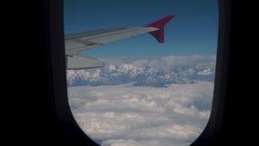 Wolken und Himalaja unter Anleitung eines Flugzeuges stock video