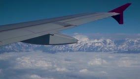 Wolken und Himalaja unter Anleitung eines Flugzeuges stock video footage