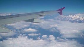Wolken und Himalaja unter Anleitung eines Flugzeuges stock footage
