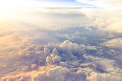 Wolken und Himmel als gesehenes durch Fenster eines Flugzeuges stockfoto