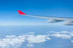 Wolken und Himmel als gesehenes durch Fenster eines Flugzeuges Stockfotos