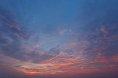 Wolken und Himmel bei Sonnenuntergang Stockfotografie