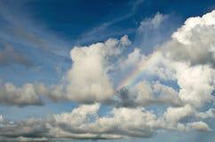 Wolken-und Himmel-Hintergrund mit Regenbogen Stockbilder