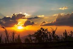 Wolken und Himmel mit dem Sonnenstrahl silhouettiert stockbild