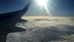 Wolken und Himmel, wie durch gesehen dem Fenster eines Flugzeuges stock video