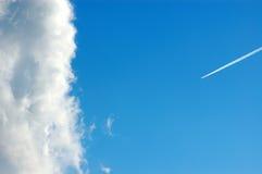 Wolken- und Rauchspur Lizenzfreie Stockbilder
