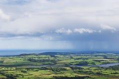 Wolken und Regen über dem Land Stockfotografie