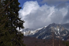 Wolken und Schnee auf Bergen Stockfotos