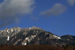 Wolken und Schnee auf Bergen Stockfoto