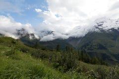 Wolken und Schnee in der Sommerzeit in Österreich Lizenzfreies Stockfoto