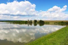 Wolken und See Lizenzfreie Stockfotos