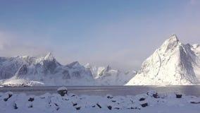 Wolken und Sonnenschein über dem Winter-Fjord stock footage