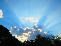 Wolken und Sonnenschein lizenzfreie stockfotos
