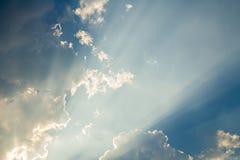 Wolken und Sonnenstrahl lizenzfreie stockfotografie