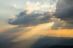 Wolken und Sonnenstrahl am Abend stockfotos