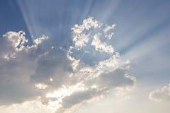Wolken und Sonnenstrahl auf blauem Himmel Lizenzfreies Stockbild