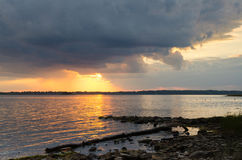 Wolken und Sonnenuntergang über Ottawa-Fluss stockfotos