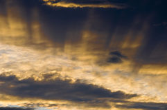 Wolken und Sunrays Stockfotografie