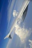 Wolken unter dem Flügel Stockfotos