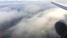 Wolken unter dem Flügel stock footage