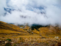 Wolken unter dem Gipfel Lizenzfreies Stockbild