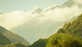 Wolken unter den Bergen Stockbild