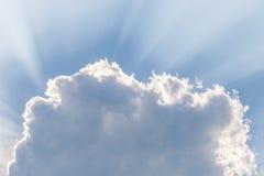 Wolken unter Sonne und Sonnenstrahl durch Wolken Lizenzfreies Stockfoto