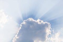Wolken unter Sonne und Sonnenstrahl durch Wolken Lizenzfreies Stockbild